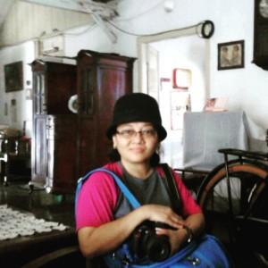 Aku di ruang tengah rumah Eyang