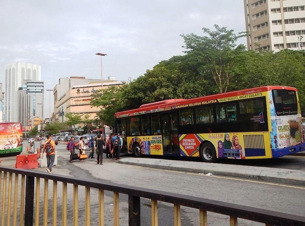 Bis berhenti di depan hotel