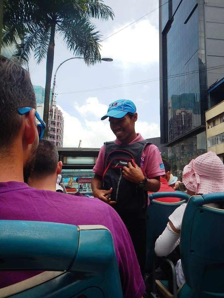 Pemeriksaan tiket oleh petugas diatas bis